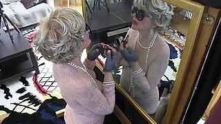 Une mature a la surprise d'un gloryhole lors de son maquillage