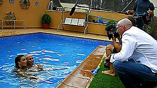 Partie de jambes en l'air au bord de la piscine avec deux jeunes étudiantes allumeuses