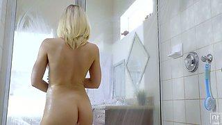 Juggy blond girlfriend Kagney Linn Karter gets laid in the shower