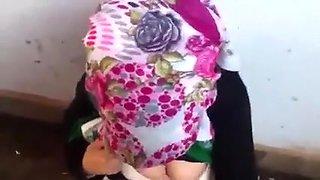 Auf dem bunten Kopftuch gespritzt
