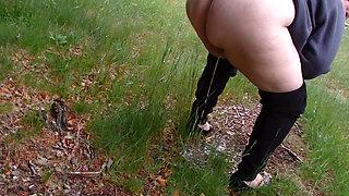 la grosse salope de Huguette pisse dans la nature et montre son cul (compilation 21)