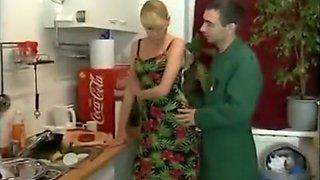 Se coge a la mujer mientras el marido sale