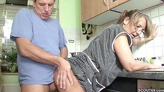 Mutti Fickt den Handwerker ohne Gummi wenn Papa auf Arbeit