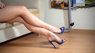 Shoeplay, dangling, in blue mules. closeup. yum !