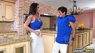 Marvelous huge breasted housewife Melissa Lynn gets nailed in the kitchen