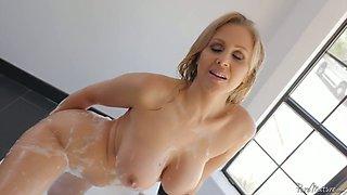 Lecherous blond bombshell Julia Ann takes a bath before a steamy pussy pounding