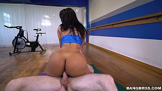 Sporty tanned beauty Rose Monroe fucks her flushing coach in the gym