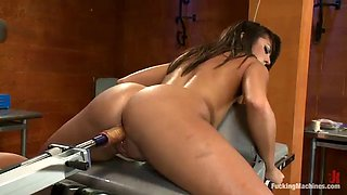 sexy babe with bubble butt gets her wet pussy fucked by machine